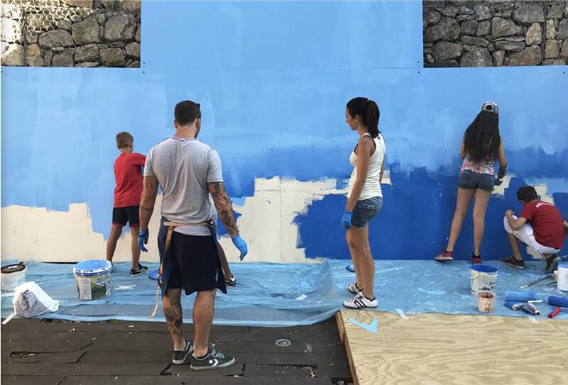 Ragazzi che dipingono un muro